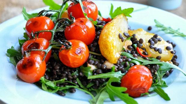 Salát z karamelizovaných hrušek a čočky