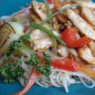 Rýžové nudle se zeleninou a kuřecími nudličkami recept