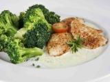 Brokolice s kuřecími prsíčky se sýrovou omáčkou recept ...