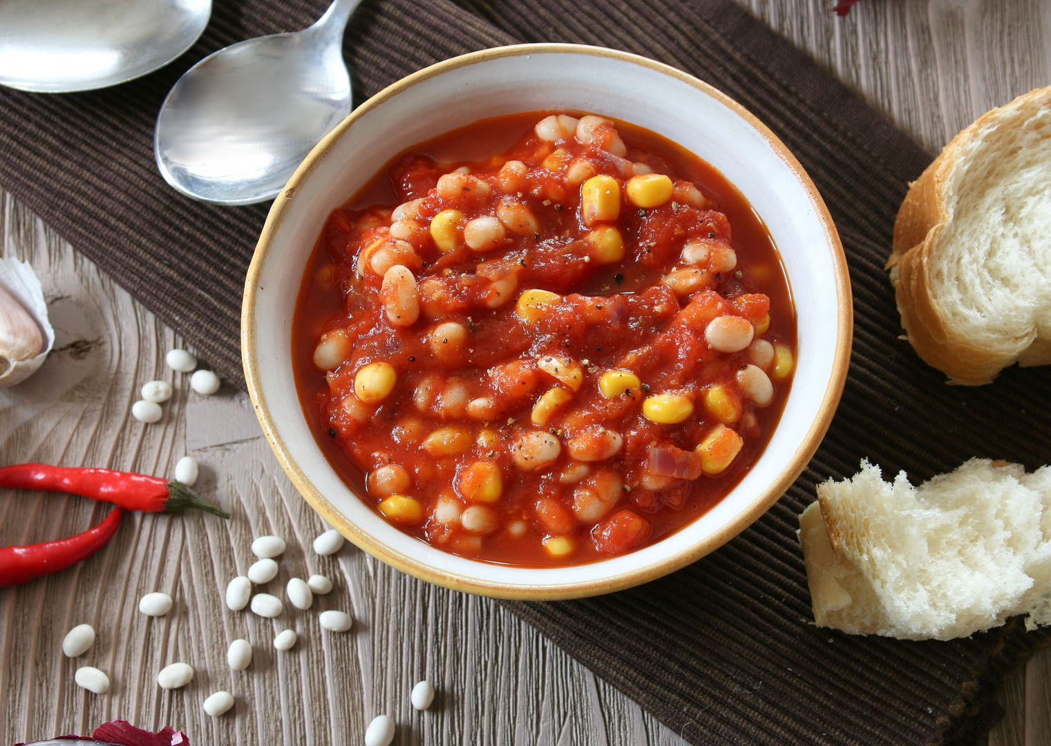 Fazole v kořeněné rajčatové omáččce recept