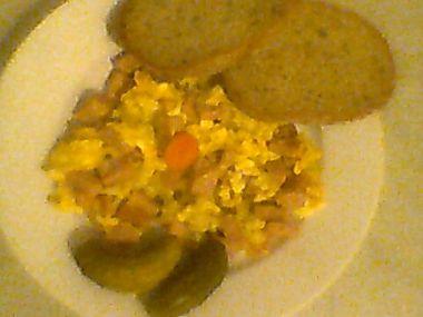 Míchaná vejce s cibulkou a salámem