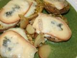 Pečené brambory s variací sýrů podávané na špenátu recept ...