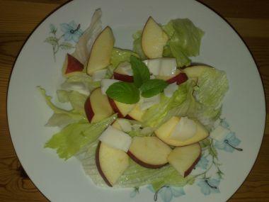 Listový salát s jablkem a kozím sýrem
