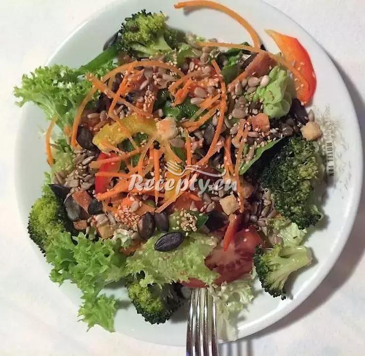 Pikantní tuňákový salátek recept  saláty