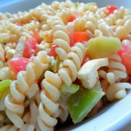 Těstovinový salát se zeleninou a sýrem recept