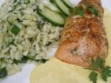 Losos se salátem z těstovinové rýže a holandskou omáčkou recept ...