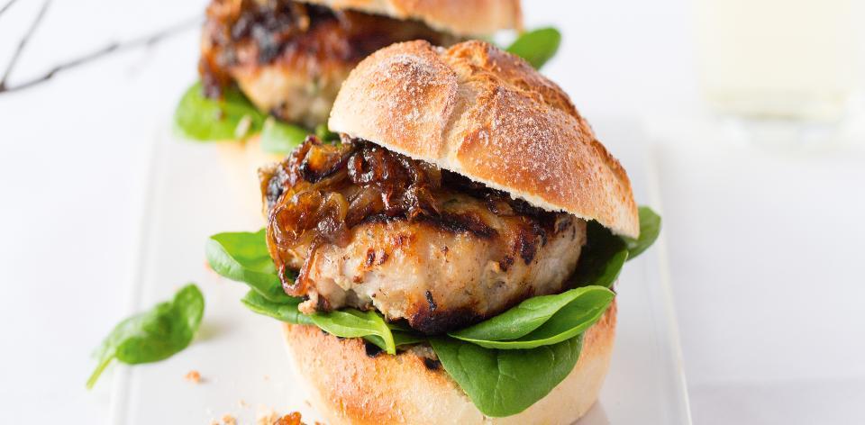 Domácí hamburger z vinné klobásy s karamelizovanou cibulkou ...