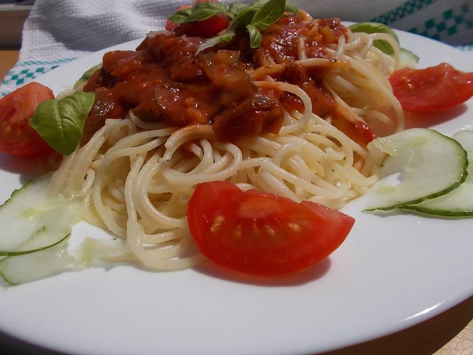 Špagety s omáčkou z rajčat, mletého masa a okurek recept ...
