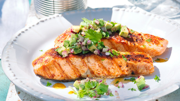 Grilovaný losos s avokádovou salsou
