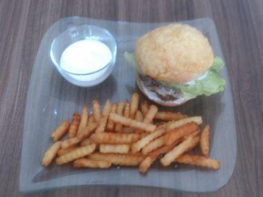 Domácí hamburger s hranolkama