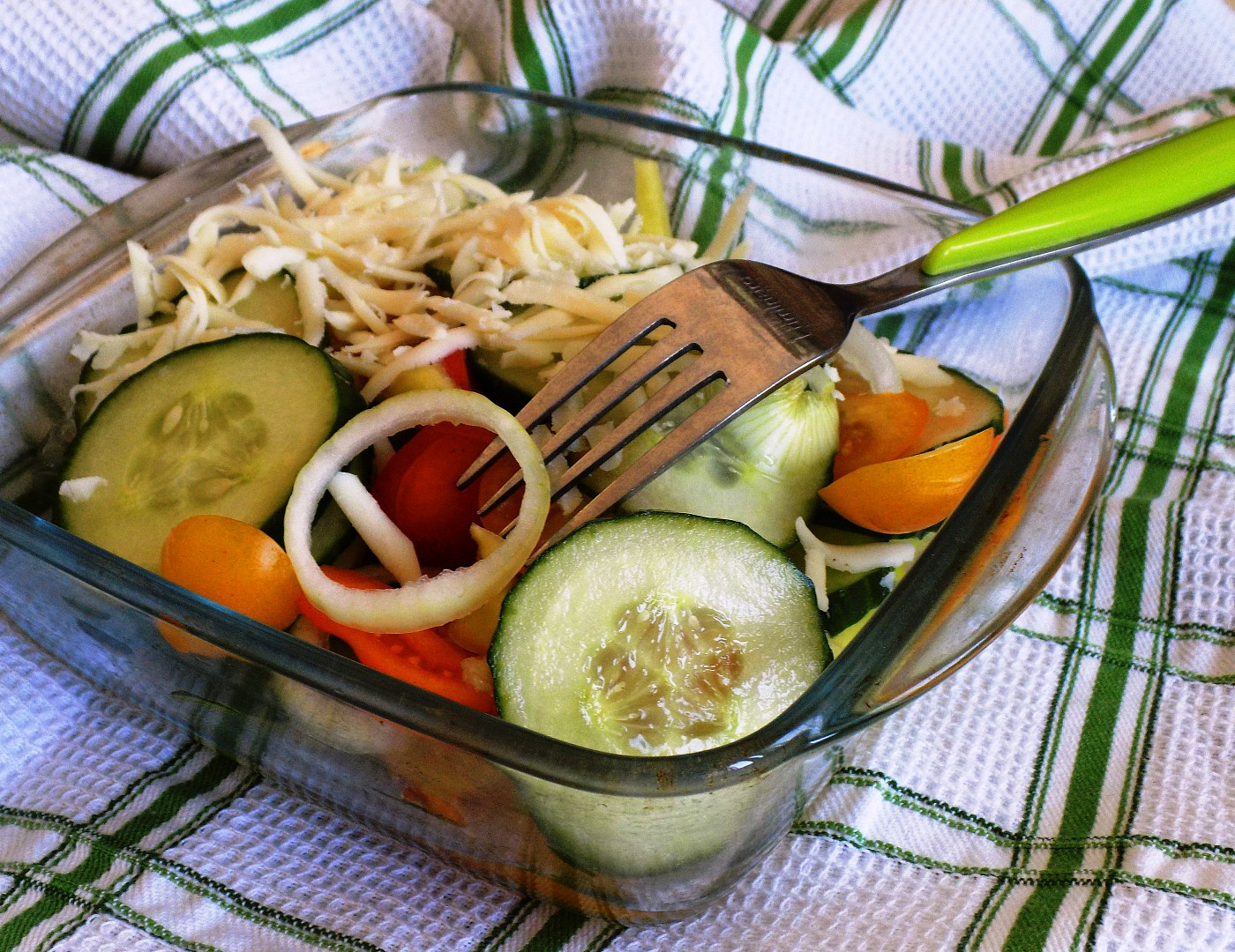 Okurkový salát se sýrem recept
