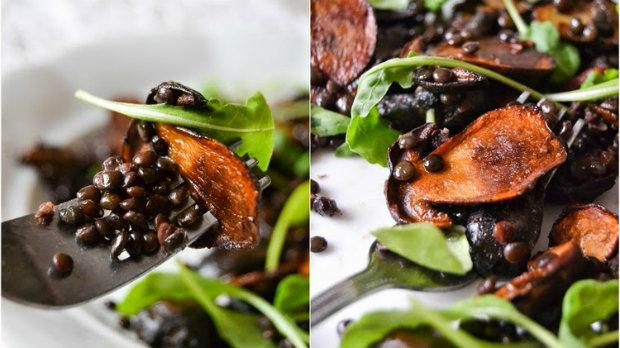 Teplý salát s houbami a čočkou