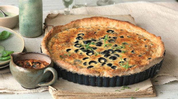 Pikantní sýrový tarte s olivami a omáčkou z čerstvých rajčat s olivami ...
