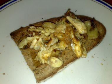 Míchaná vejce s banánem, medem a skořicí