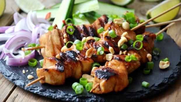 Kuřecí satay s arašídovou omáčkou