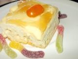 Řezy z bílé čokolády s pomerančovým krémem a ovocným želé ...