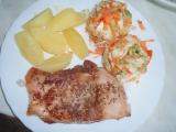 Kapr pečený na másle a zeleninový salát recept