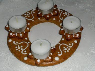 Perníkový adventní věnec se svíčkami
