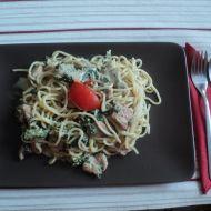 Špagety s listovým špenátem a kuřecím masem na rozmarýnu ...