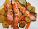 Nudličky z lososa na víně, brambůrkách a baby karotce recept ...