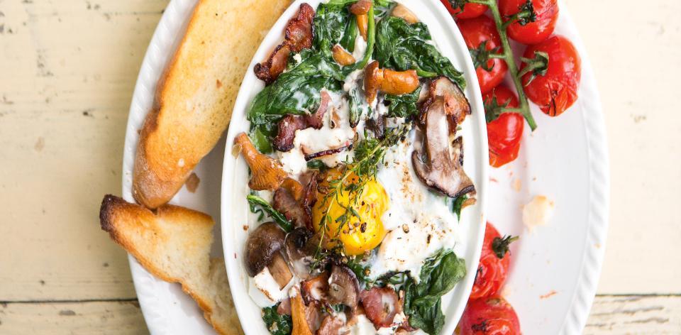 Zapečená vejce se špenátem a houbami