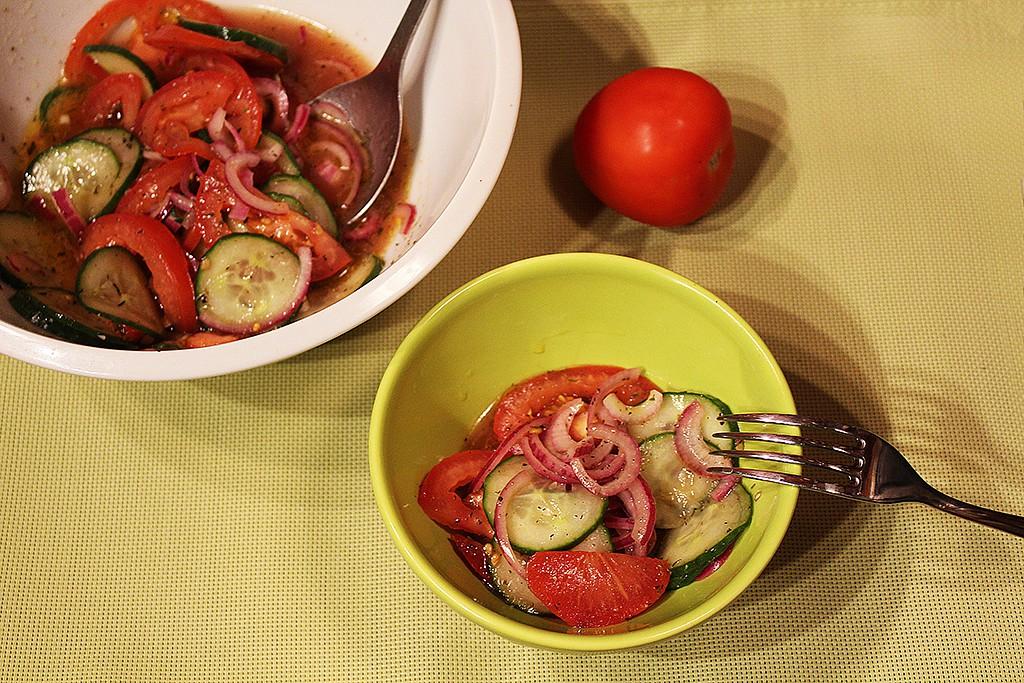 Jednoduchý okurkový salát s rajčaty recept