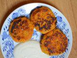 Placičky z mrkve a cizrny s jogurtovým dipem recept