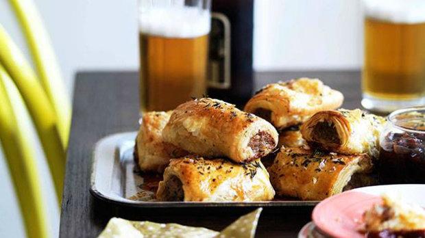 Sausage rolls z vepřového masa s karamelizovaným jablkem a ...