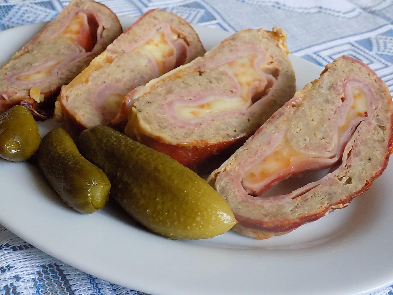 Zarolovaná sekaná se šunkou, sýrem a slaninou recept ...