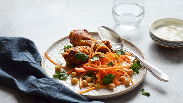 Kořeněné kuře s mrkvovo-cizrnovým salátem