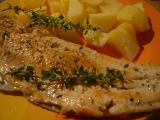 Pstruh lososovitý na másle s citrónem a bylinkami recept ...