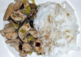 Rýžové nudle s kuřecím masem a žampiony recept