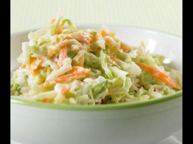 Zelný salát se smetanovo-sýrovou zálivkou