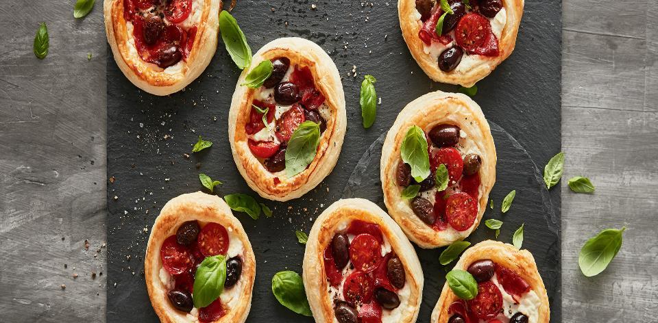 Minipizzy s chorizem, rajčaty, bazalkou a olivami