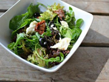Listové saláty s olivami a sušenými rajčaty