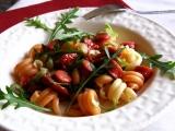 Těstoviny s klobásou, sušenými rajčaty a rukolou recept ...