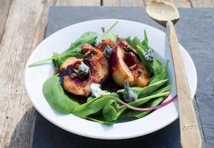 Šťavnatý salát s grilovaným ovocem