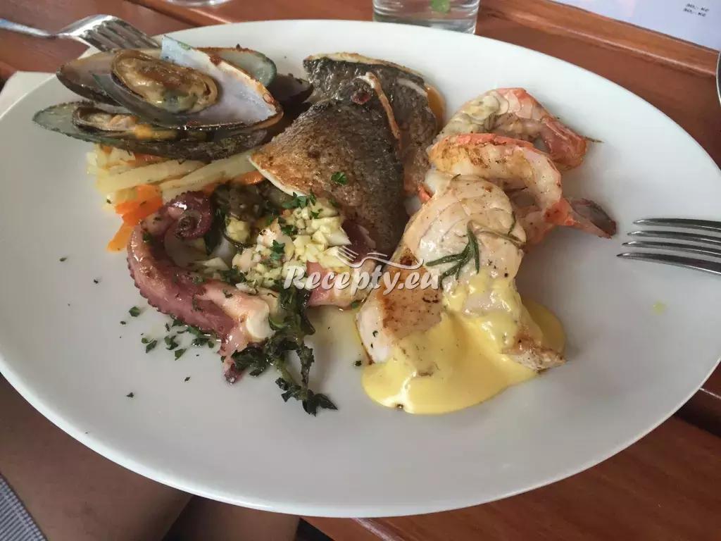 Lahůdkový středomořský salát recept  saláty