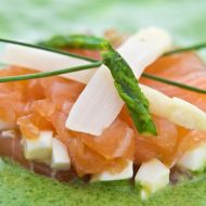 Marinovaný losos gravlax s chřestovým coulis a vejcem recept ...
