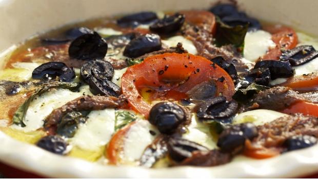 Zapečené Caprese s olivami a ančovičkami