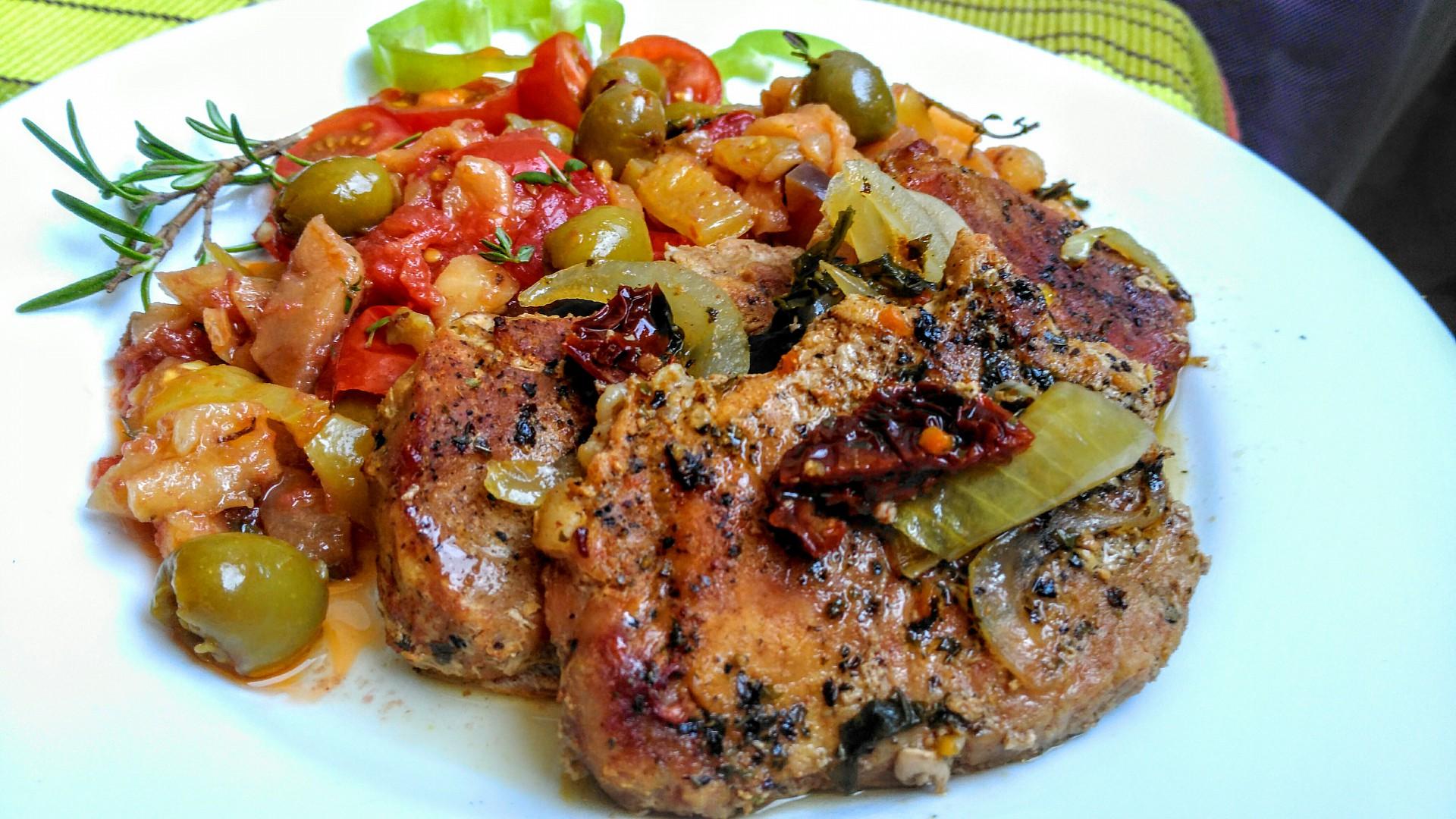 Vepřové kotlety na tymiánu s lilkovou salsou a rajčaty recept ...