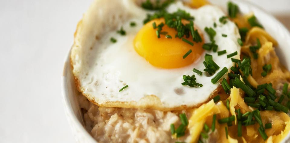 Ovesná kaše s vejcem a čedarem