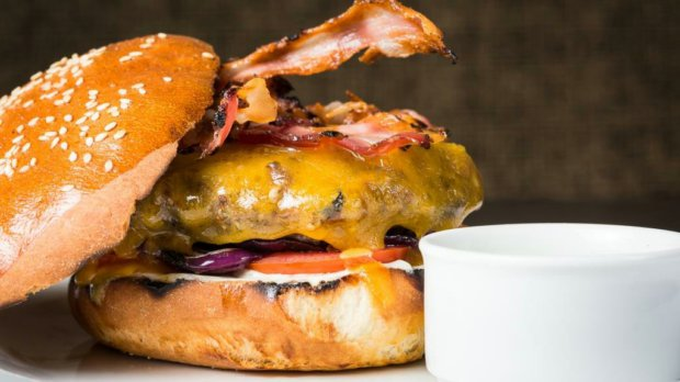 Hovězí hamburger s česnekovou majonézou