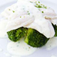 Filet z tresky vařený v mléce s petrželovou omáčkou a brokolicí ...