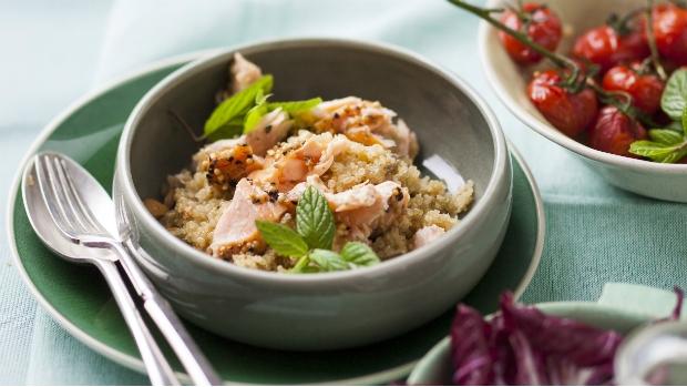 Quinoa s lososem, salát z čekanky a sladkých rajčat