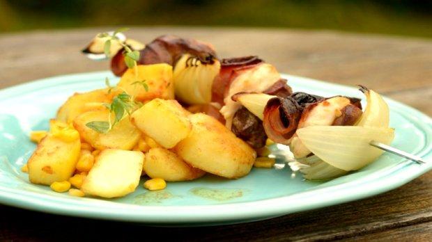 Kuřecí špíz se sušenými švestkami a slaninou a máslové brambory s ...