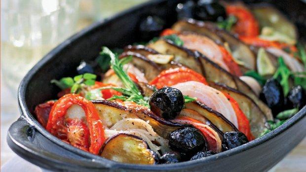 Lilky na víně s rajčaty, olivami a čerstvými bylinkami