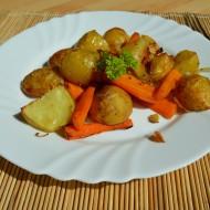 Pečené nové brambory s mrkví, cibulí a česnekem recept