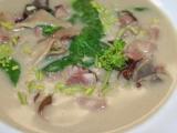 Polévka z uzeného masa, čerstvého špenátu a sušených hub recept ...