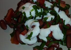 Fazolový salát s medvědem, rajčaty a pažitkou recept